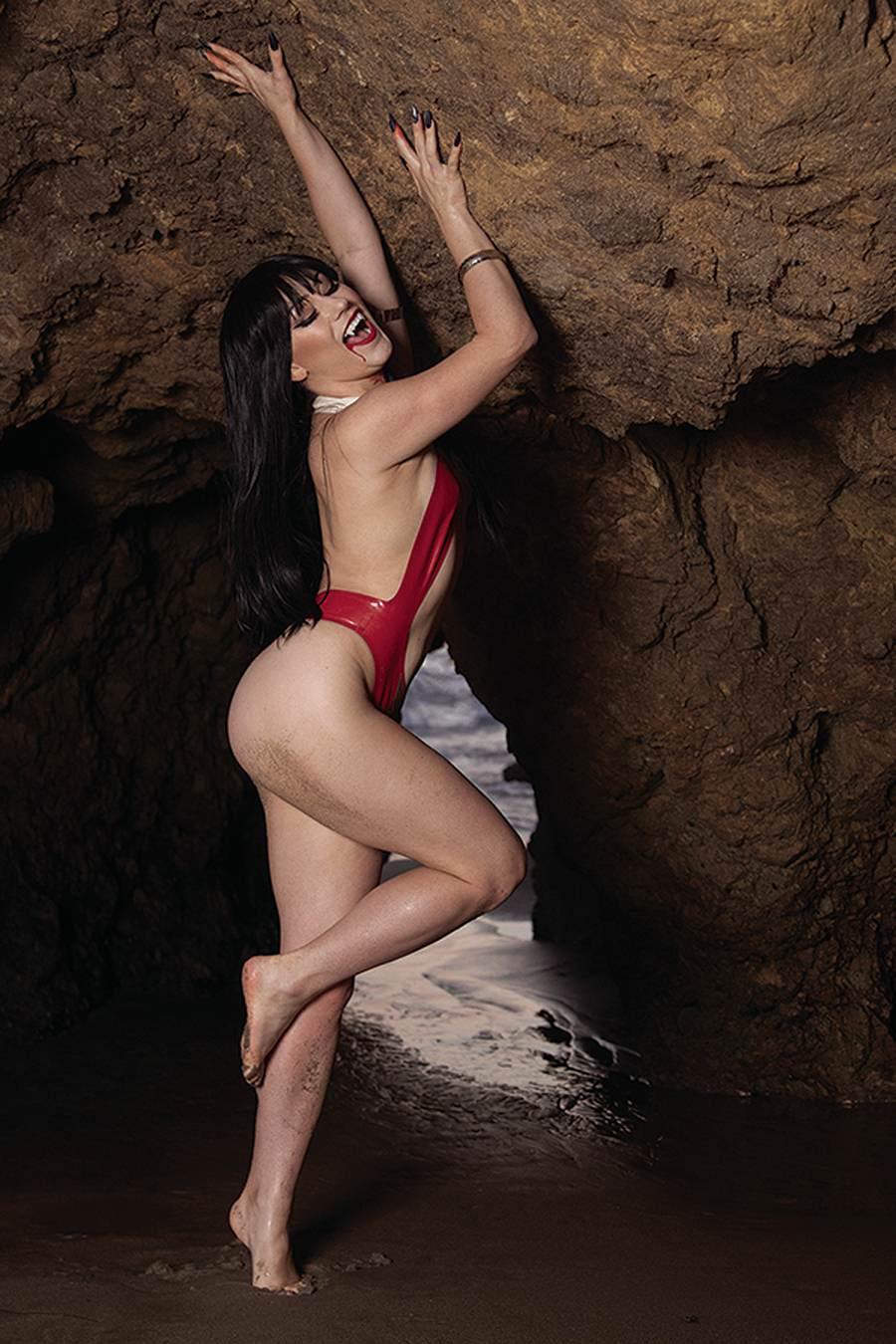 Vengeance Of Vampirella Vol 2 #14 Cover I Incentive Rachel Hollon Cosplay Photo Virgin Cover
